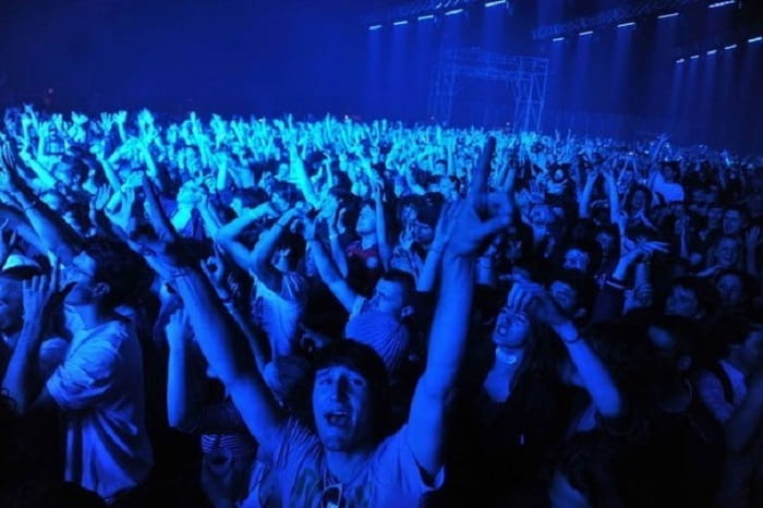 99173_le-public-lors-du-concert-de-house-du-duo-cassius-le-23-avril-2011-a-bourges
