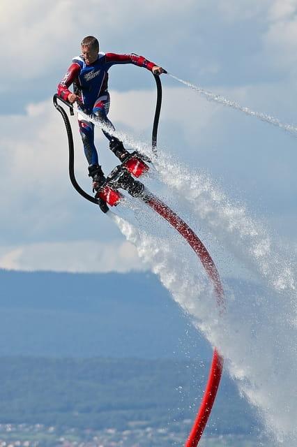 Un homme sur un flyboard.