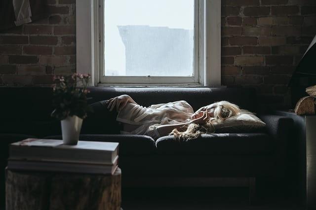 Une femme allongée sur un canapé.