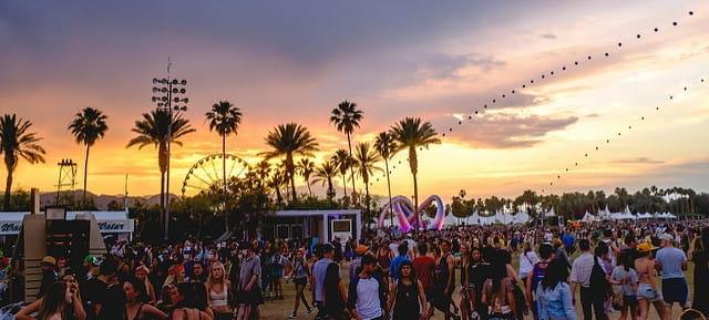 Vue d'ensemble du festival Coachella avec le coucher de soleil.