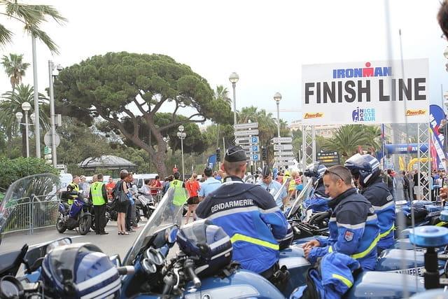 La ligne d'arrivée de l'Iron man de Nice sous surveillance de la police.