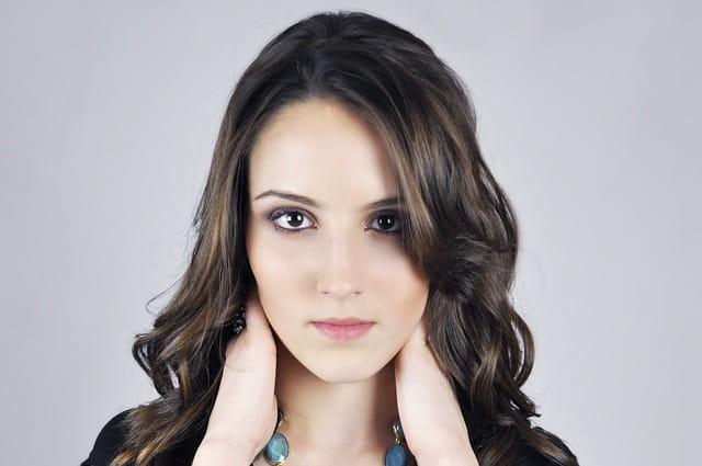 Femme aux cheveux longs, au visage clair et lisse.