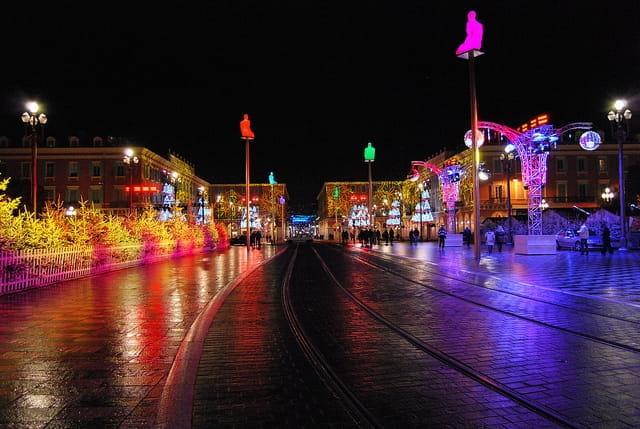 Photographie de la place Garibaldi illuminée le soir pendant les fêtes de fin d'année.