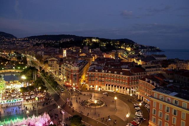 Vue en hauteur de la place Garibaldi de Nice pendant les fêtes de Noël.