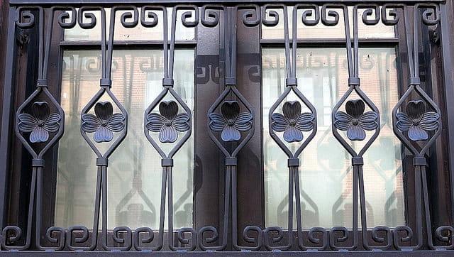 grille de fenêtre avec motifs