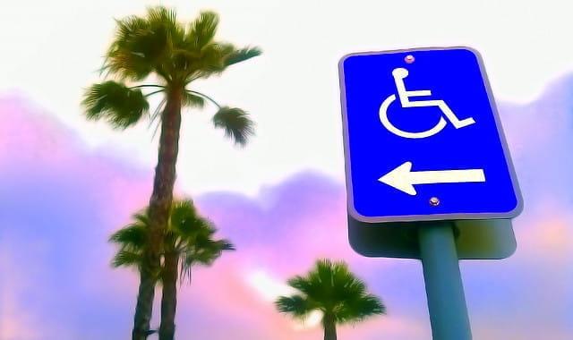 Panneau indiquant un accès aux handicapés