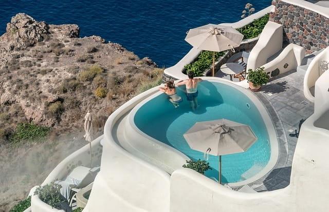 Photographie d'une petite terrasse avec une mini piscine.