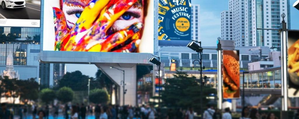 Rue avec des écrans LED publicitaires.