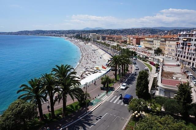 Vue plongeante sur le bord de mer de Nice.