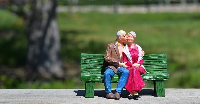 Figurines représentant des retraités.