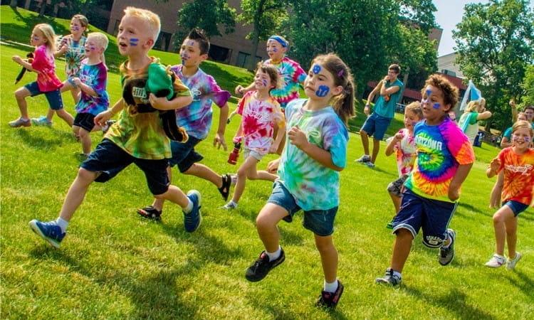 Enfants en train de courir en colonie de vacances.
