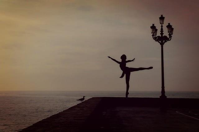 Danseuse à contre-jour au bord de l'eau à Nice.