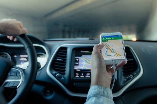 Smartphone indiquant un itinéraire au chauffeur VTC.