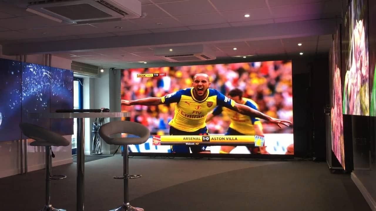 Photographie d'un match de football sur écran géant LED.