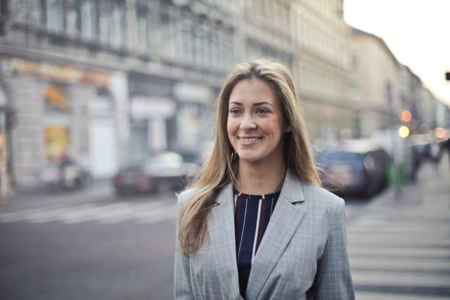 Femme souriante, portant une veste de tailleur après un relooking à Nice.