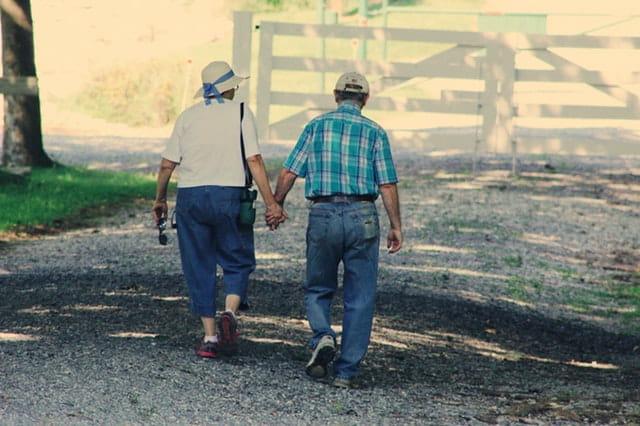 Couple de personnes âgées main dans la main sur la Côte d'Azur.