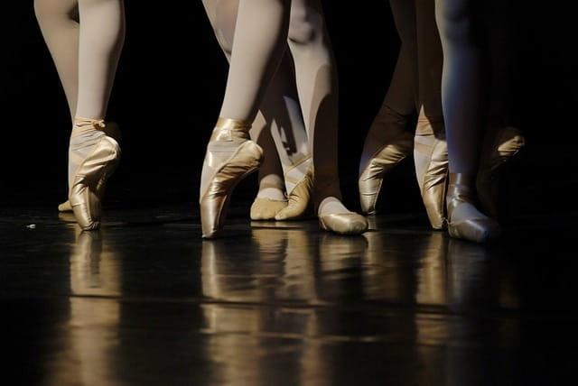 Scènes de ballet au niveau des pointes de danse.