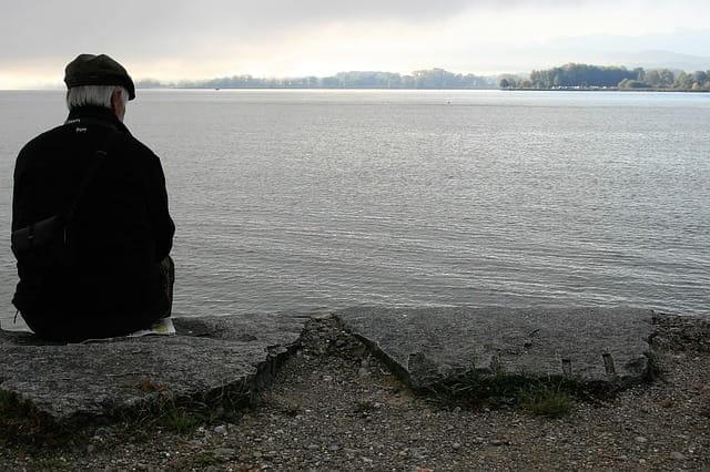 Personne âgée au bord de l'eau.