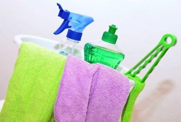 Produits ménagers utilisés par une entreprise de nettoyage.