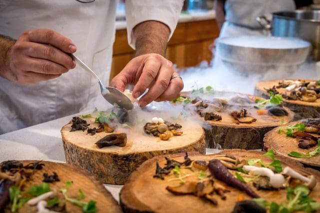 Préparation d'un plat gastronomique au salon de Monaco.