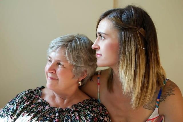 Mère et fille passant un moment ensemble