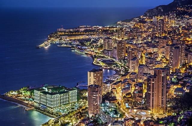 Vue nocturne de Monaco.
