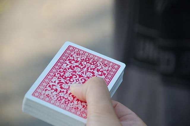 Un paquet de cartes à jouer.