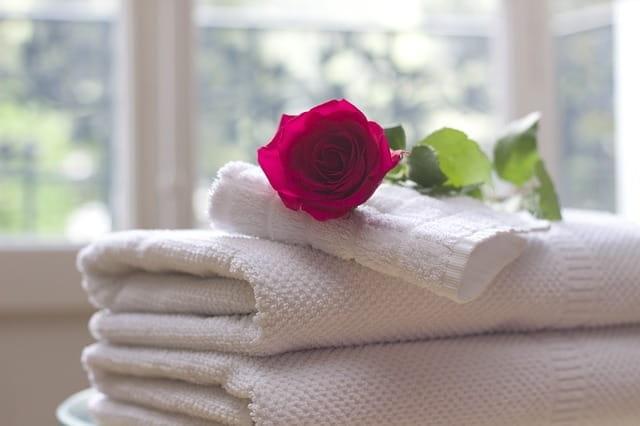 Rose sur un tas de serviettes de spa.