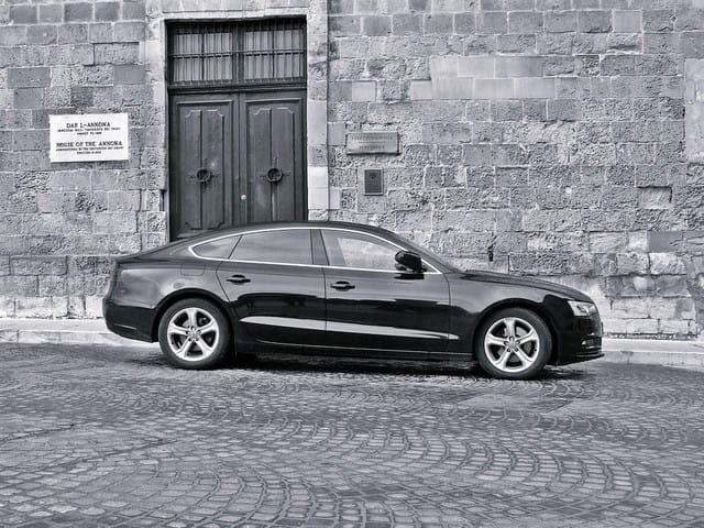 Voiture de luxe avec chauffeur privé.
