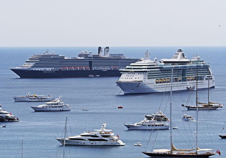 Plusieurs bateaux de croisières.