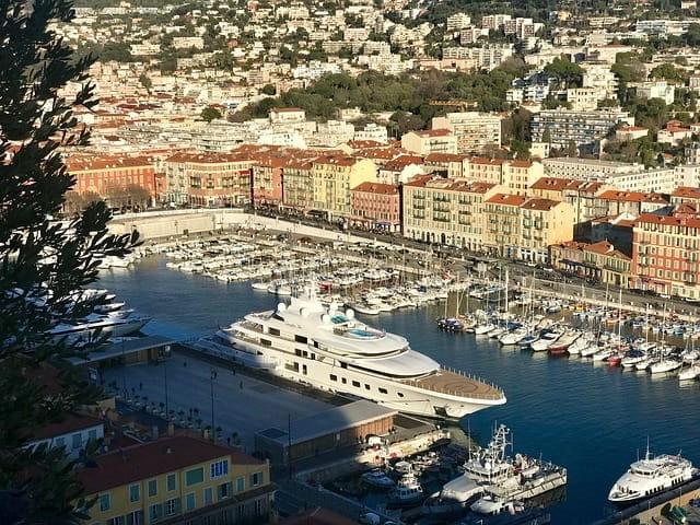 Bateau de croisière dans le port de Nice.