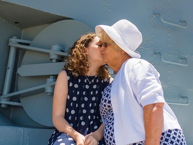 Jeune fille embrassant sa grand-mère.