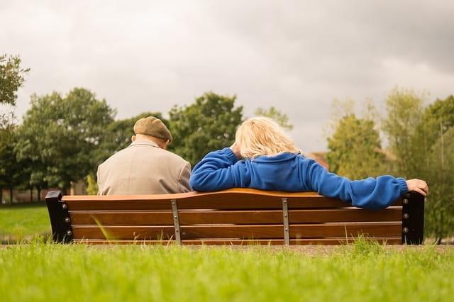 Deux personnes âgées sur le banc d'une maison de retraite du 06.