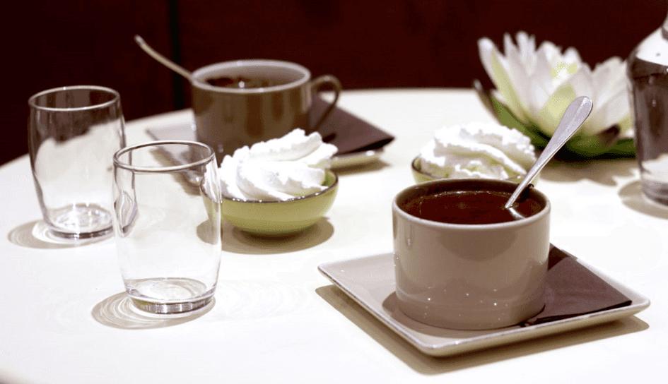 Tasses de chocolat chaud.