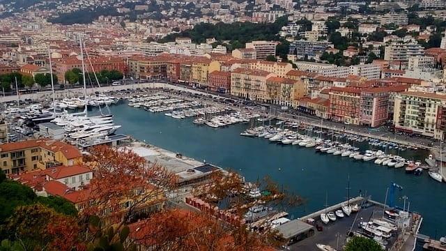Le port de Nice à l'arrêt pour les croisières.