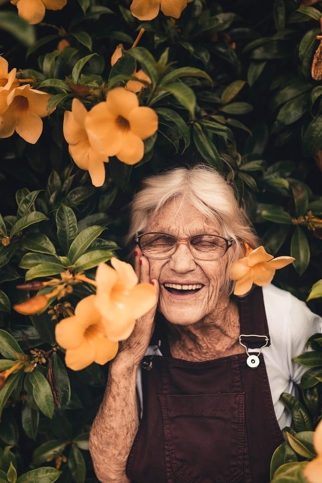 Femme senior qui jardine pendant le confinement.