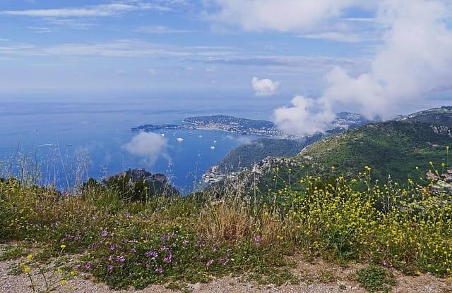 Promenade dans les Alpes-Maritimes avec vue sur la mer.