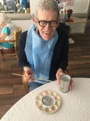 Atelier peinture dans une maison de retraite.