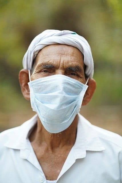 Personne âgée avec un masque.
