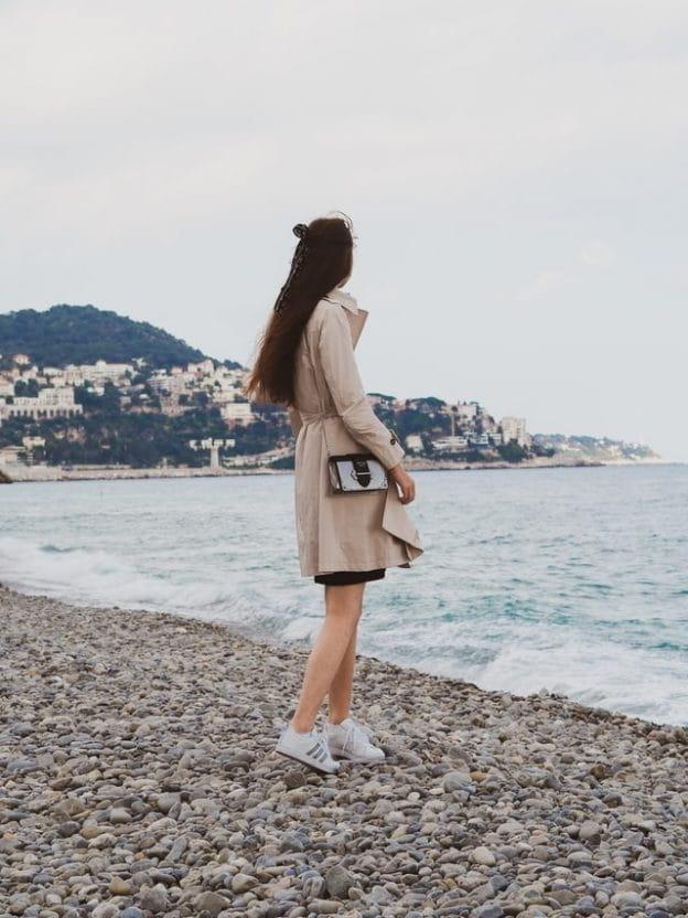 Femme sur la plage de la prom'