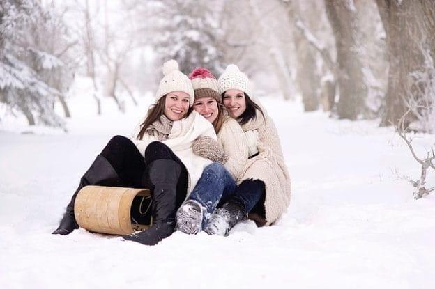 Famille à la neige sur une luge.
