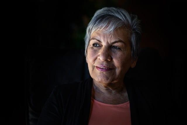 Portrait d'une vieille dame sur fond noir.