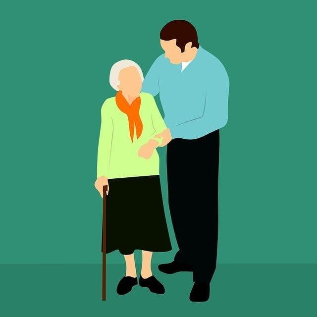 Jeune aidant une personne âgée.